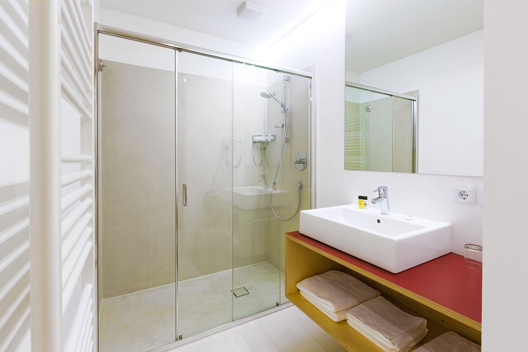 kreatives wohnen kreuzwirt in naturns kleinkunst hotel. Black Bedroom Furniture Sets. Home Design Ideas